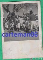 Afrique - Un Groupe De Jeunes Garçons, Faisant Une Danse Traditionnelle  - Format  8.7 X 6.2 Cm - Africa