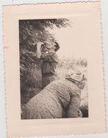 Vieux  Papier :   Photo Env. 11 Par 8 Cm : Pyrénées  Hautes :en Route  Pour   LOURDES  1954, Casse  Croute - Old Paper