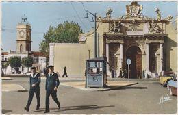 TOULON ,arsenal De La Marine Nationale,marins Militaires En Uniformes,bérets,DS,citro En à Droite,kiosk à Sandwich Centr - Toulon