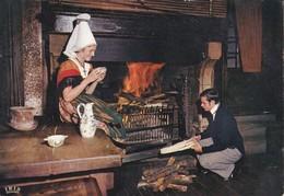 La Normandie. Couple En Costume Régional Hôtel De La Couronne à Rouen Coiffe De Lisieux - Costumes
