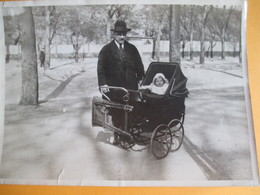 Photographie D'Amateur Grand Format / Papy Promène Bébé Dans Son Landau Au Square / Vers 1930-1950      PHOTN335 - Personas Anónimos