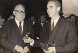 Maurice Schumann Et Alain Peyrefitte Medaille Du CNES Ancienne Photo De Presse 1967 - Famous People