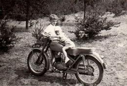 Photo Originale Motocyclisme & Motard - Gamin Sur Moto WFM M06-S34 Produite En 1964 à L'usine De Moto De Varsovie - Cyclisme