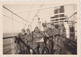 SERBIA , KINGDOM OF YUGOSLAVIA   -- SERBIAN ARMY  --  SOLDATEN, AM SHIP  --  ORIGINAL PHOTO   8,8 Cm X 6 Cm - Militaria