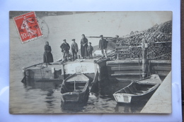 """Carte-photo-peniche Avec Mariniers -tas De Bois-au Cul Du Bateau Et Lu A La Loupe""""l'ile Doree-NV 377-F-piat Francois"""" - Péniches"""