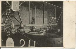 CARTE - PHOTO.......3 Aviateurs Dans Un Engin Au Sol    ??? (ecrite A Venise En 1916 ) - Aviateurs