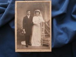 Photo Cabinet  Sans Mention Photographe  Couple De Jeunes Mariés - Après 1900 - L357 - Personnes Anonymes