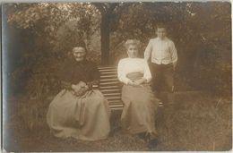 CPA Photo Très Vieille Femme Avec Binocles Lunettes Posant Sur Un Banc Avec Sa Famille - Te Identificeren