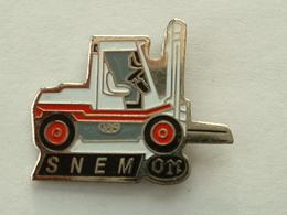 PIN'S CHARIOT ELEVATEUR - SNEM - Badges