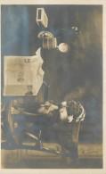 CARTE PHOTO CHIEN DEGUISE LUNETTE FUMANT PIPE DEVANT JOURNAL OUVERT BOUTEILLE ET PINTE DE BIERE - Chiens