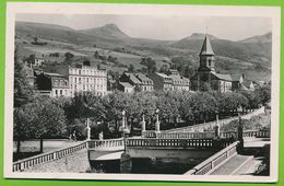 LA BOURBOULE - L'Eglise Et Les Quais De La Dordogne Photo Véritable Circulé 1950 - La Bourboule