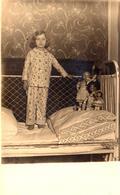 Carte Photo Originale Fillette Sur Son Lit En Fer Forgé Et Ses Poupées Et Baigneurs à La Tête En Porcelaine Vers 1910/20 - Personnes Anonymes