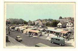 #11518[Postkaart] Coq S/Mer / Le Marché. / Den Haan A/Zee / Markt. / Artcolor [sur De Aan Camionette Bestelwagen Kraamp - De Haan