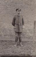 AK Deutscher Soldat Mit Stiefeln - Feldpost Fussart. Batl. 40, 3. Battr. - 1918 (33720) - Guerra 1914-18