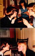 2 Amusantes Photos Couleurs Originales - Couples Ou Pas, Jouant Au Jeu De La Paille - A Vous De Comprendre ! 1970/80 - Personnes Anonymes
