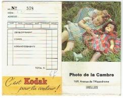 Foto/Photo. Pochette Kodak Pour Négatifs. Photo De La Cambre, Ixelles. Fille Et Poupée. - Supplies And Equipment