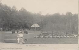 D62 - LE TOUQUET - LA SQUARE - (FEMME SUR LE BANC AVEC OMBRELLE ET CHAPEAU FLEURI) - Le Touquet