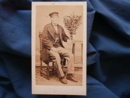 Photo CDV Charles Haas à Paris - Homme Assis, Casquette D'ouvrier, Second Empire Vers 1865 L365 - Photos