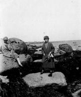 PHOTO FRANÇAISE - SUR LES ROCHERS DE BRIGNOGAN PRES DE KERLOUAN FINISTERE - BRETAGNE  - 1926 - Orte