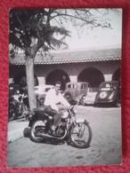 FOTO FOTOGRAFÍA PHOTO HOMBRE EN MOTO MOTOCICLETA COCHES AL FONDO OSSA?DERBI?MONTESA? GUZZI? SANGLAS? CARS MOTORCYCLE VER - Coches