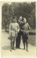 Carte Photo. Militaria. Cavalier. Soldat Avec Décorations Et Jeune Homme. - Guerre, Militaire