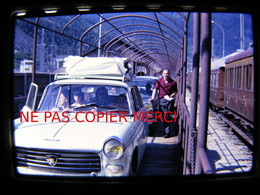 Peugeot 404 Fiat 1500 Sur Wagon Train Rail Route Cliché Amateur Années 60 DIAPOSITIVE Slide 24x36 35mm No Photo - Cars