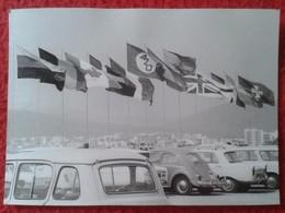 FOTO FOTOGRAFÍA PHOTO A IDENTIFICAR APARACAMIENTO DE COCHES JUNTO A BANDERAS FLAGS . RENAULT 4 ? CARS CAR AUTOMÓVILES VE - Coches