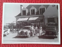 FOTO FOTOGRAFÍA OLD PHOTO GRUPO DE PERSONAS CON COCHES ANTIGUOS EN HOTEL LE GARGANTUA FRANCE ? FRANCIA ? CAR COCHE VER - Coches