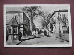CPA PHOTO ALGERIE BORDJ BOU ARRERIDJ Une Rue 1953 RARE PLAN ANIMEE - Algeria