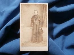 Photo CDV Daveluy - Second Empire Religion, Prêtre En Pied, Chapeau à La Main Circa 1860-65 L366 - Ancianas (antes De 1900)