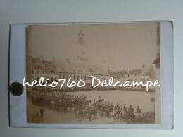 62 Pas De Calais HESDIN Vers 1890 Revue Militaire Place D'armes Hôtel De Ville Soldats 14 Juillet ? - Photos