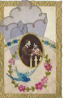 CPA FANTAISIE BRODEE  Pochette + Mouchoir Brodé Fleurs Hirondelle Médaillon Couple Joli Cadre 1931 TBE - Borduurwerk