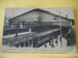 L4 1068 CPA 1916. 10 TROYES. LE HALL DE LA GARE. ARRIVEE D'UN EXPRESS . ANIMATION (+ DE 20000 CARTES A MOINS 1 EURO) - Gares - Avec Trains