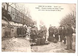 Crue De La Seine - Paris 1910 - Pompiers Chauffant Une Pompe à Vapeur Pour Retirer L'eau Des Entrepots De Bercy - Inondations De 1910