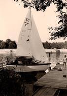 Photo Originale Voile & Voiliers - Joli Petit Voilier Des Années 1960/70 Au Ponton - Voiles Dehors - Schiffe