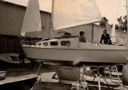 Photo Originale Voile & Voiliers - Petit Voilier En Cale Sèche Vers 1970 - Schiffe