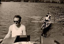Photo Originale Embarcation, Pin-Up Sur Un Aviron à 4, Se Faisant Remorquer Par Un Playboy Au Bateau à Moteur - Sports