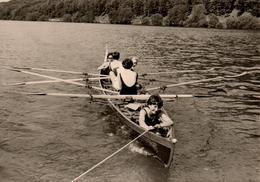 Photo Originale Remorquage De Pin-Up Sur Un Aviron à 4 Vers 1970 - Bateaux