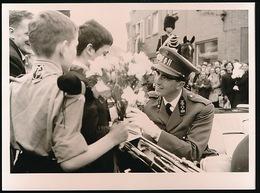 GENT - FOTO 18 X 13  CM  1953 = KONING BOUDEWIJN STOPT AN KRUISPUNT L.DE HEERESTRAAT ZWIJNAARDSE STEENWEG OM BLOEMEN IN - Gent