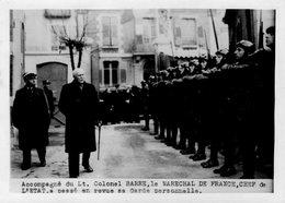 (54) Photo Originale Marechal Petain Et Le Colonel Barre  Garde Personnelle  Photo Presse18X13cm(bon état) - War, Military