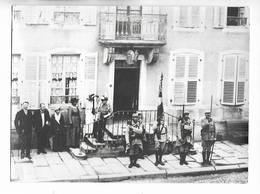 21 - Photographie D' Une Prise D' Armes à CORCIEUX ( Vosges ) Ayant Lieu Devant La Maison Du Notaire - Lugares