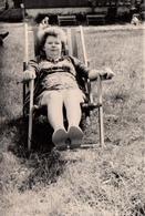 Photo Originale Jeune Femme En Mode Farniente Sur Transat Vers 1970 - Pin-ups