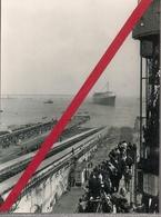 """ST NAZAIRE * 11 MAI 1960 *LE PAQUEBOT """" FRANCE """" EST LANCE ! LES REMORQUEURS LE TIRENT VERS LA FORME JOUBERT  """"16 H. 10 - Steamers"""