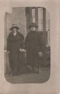 CPA Photo Deux Femmes Sur Leur Trente Et Un Départ Pour La Ville Grand Chapeau - Te Identificeren