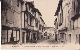 PARTHENAY -- Rue Du 14 Juillet Animée -- Vieilles Maisons Du XVI° Siècle - Parthenay