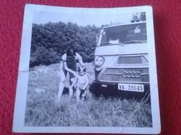 CURIOSA FOTO FOTOGRAFÍA OLD PHOTO MUJER Y NIÑO, MADRE E HIJO ? JUNTO A FURGONETA AUDI VINTAGE. ANTIGUA. FURGO VER FOTO/S - Coches