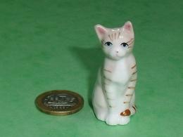 Grosse Pièce Porcelaine  : Chat   2,5 X 4,5 Cm TB8 - Animals