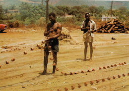 SIERRA LEONE - Réparation Des Filets - Fishermen Repairing Their Fishing Net - Sierra Leone