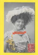 CPA Femme Mode Chapeau Robe ( Gaufrée ) - Femmes