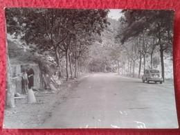 FOTO FOTOGRAFÍA OLD PHOTO A IDENTIFICAR IMAGEN COCHE SEAT 600 EN CARRETERA CAMINO GRUPO DE PERSONAS. CAR AUTOMÓVIL VER F - Coches